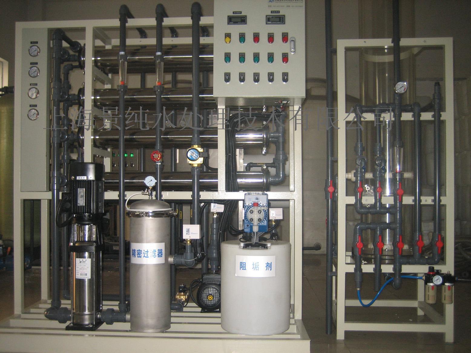 1、多介质过滤器主要作用是去除源水中的悬浮物质及机械杂质。设备内装有布水帽、精制石英砂等,亦可装其它填料。合理的石英砂装填比例及良好的布水系统,使系统的产水水质更加稳定。 2、活性碳过滤器具有除臭、去色、除油、吸附有机物杂质等作用,能最大程度的去除水中的游离余氯,保证反渗透膜的进水水质。 3、RO主机系统采用美国先进的反渗透技术,利用压力差的原理,能有效地去除水中的盐份,脱盐率可达到99%以上。 4、混床系统采用离子交换技术,内装阴、阳树脂,合理的树脂层高度能有效地保证出水水质满足用户要求,亦可用EDI装