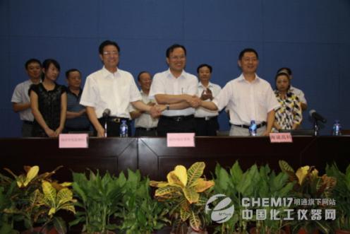 国家海洋局烟台海洋环境监测中心站站长陈平(左)