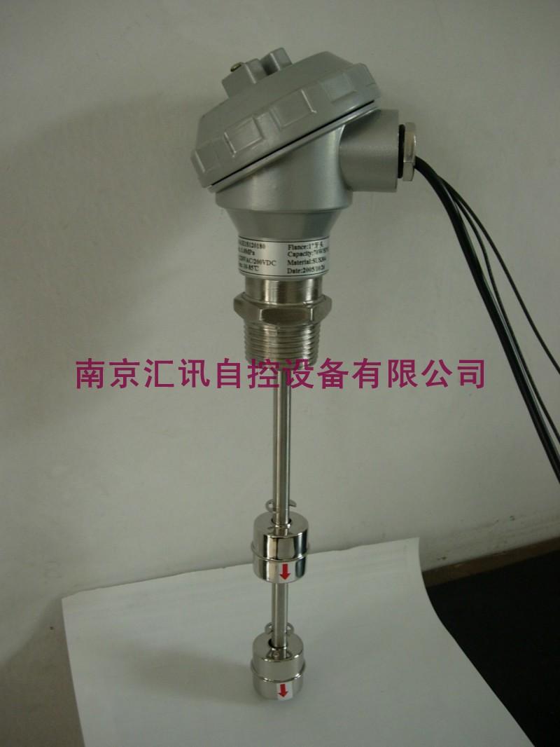 *连杆浮球液位开关(订购说明) 特殊场所使用者需要经常改变液位高度,为了使用方便,本公司设计此产品。使用者只要将接头上的六角螺丝松开,即可将连杆往下移动调整,达到控制液位高度的目的。 特性: 1.适用在桶内压力5kg/cm2以下 2. 耐温90度(最高可达200度) 3. 特殊法兰或螺丝可订制 产品原理: 连杆浮球液位开关与小型浮球液位开关原理基本相同,利用浮球内的磁铁去吸引磁簧开关的闭合,产生开关动作,以控制液位。常开和常闭是没有注入液体时的状态。连杆浮球液位开关为定制品,依照被测液体的温度、压力、比