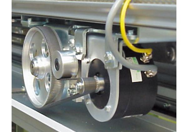 交流永磁同步电动机由于其体积小、重量轻、高效节能等一系列优点,越来越引起人们重视,其控制技术日趋成熟,控制器已产品化。中小功率的异步电动机变频调速正逐步为永磁同步电动机调速系统所取代。电梯驱动就是一个典型的例子。电梯的驱动系统对电机的加速、稳速、制动、定位都有一定的要求。早期人们采用直流电动机调速系统,其缺点是不言而喻的。70年代变频技术发展成熟,异步电动机的变频调速驱动迅速取代了电梯行业中的直流调速系统。而这几年电梯行业中最新驱动技术就是永磁同步电动机调速系统,其体积小、节能、控制性能好、又容易做成